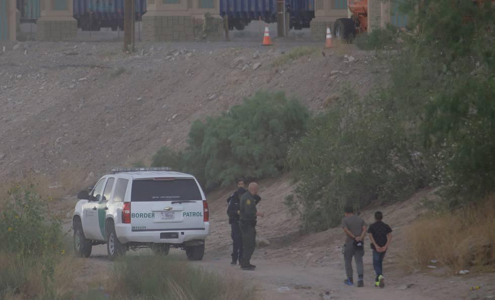 Dos migrantes logran entrar en EE UU y se entregan a la Border Patrol.