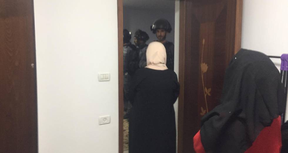 Fuerzas israelíes desalojan a una familia palestina cuya casa será demolida durante la madrugada del 22 de julio de 2019.