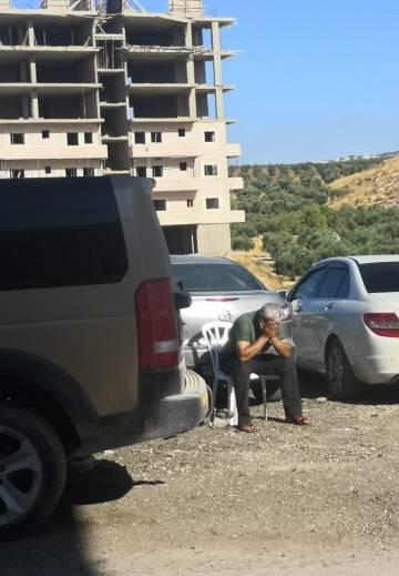 Un hombre palestino se lamenta por la demolición de su casa por parte de fuerzas israelíes el 22 de julio de 2019.