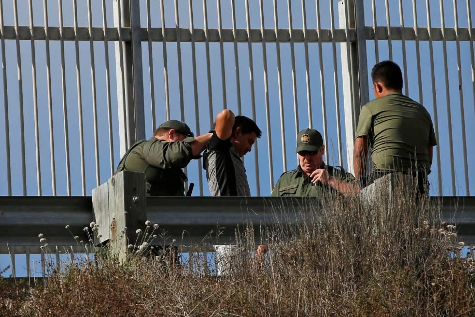Un inmigrante detenido por agentes de la patrulla fronteriza.