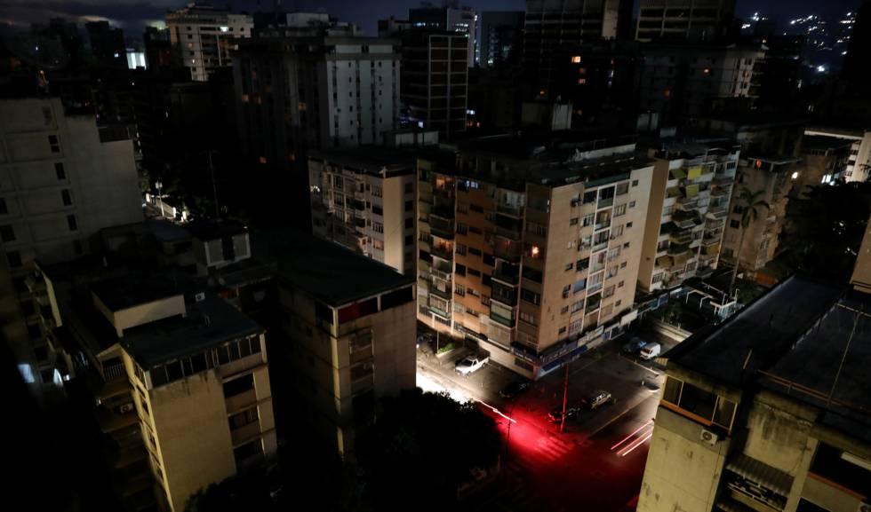Barrio residencial sin electricidad en Caracas.
