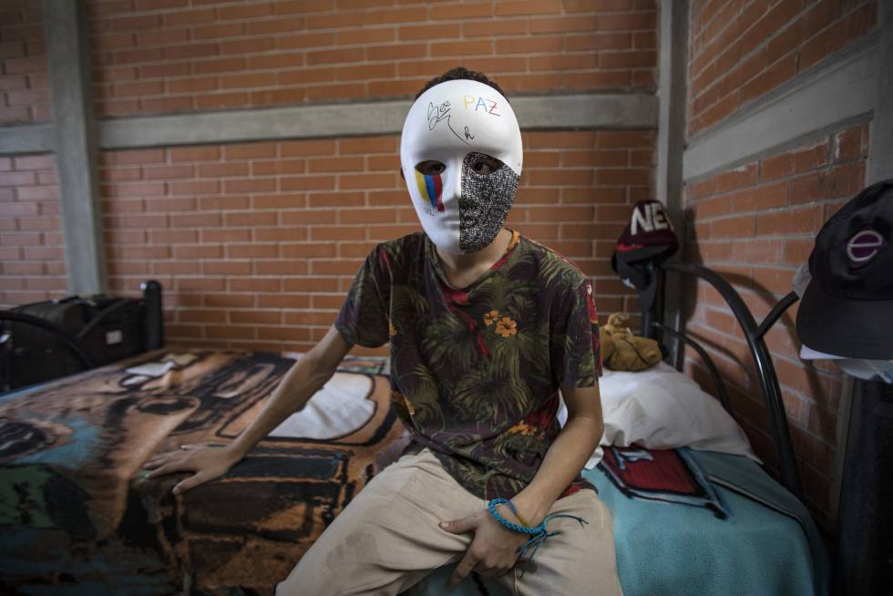 Un joven venezolano de15 años posa con una mascara decorada por el en un albergue de Ciudad de México.