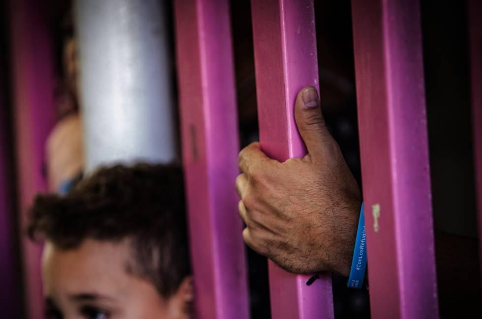 Un niño migrante espera por la resolución de su solicitud de asilo en Ciudad de México.