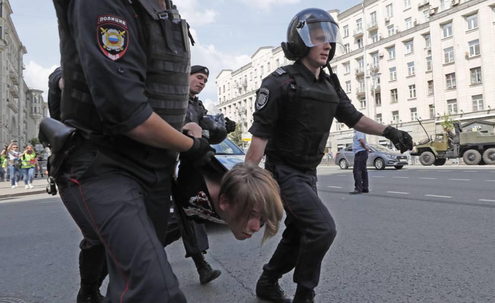 La policía rusa detiene a una persona durante la protesta este sábado en Moscú.
