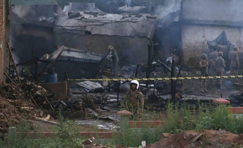 El lugar donde se ha estrellado un avión militar en Rawalpindi este martes.