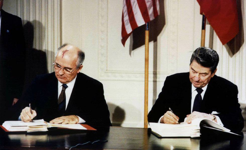 Mijaíl Gorbachov (izquierda), y Ronald Reagan, durante la firma del Tratado de Fuerzas Nucleares de Alcance Intermedio (INF), en diciembre de 1987 en la Casa Blanca.