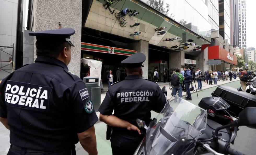 Agentes de policía en el exterior de la Casa de la Moneda en Ciudad de México.