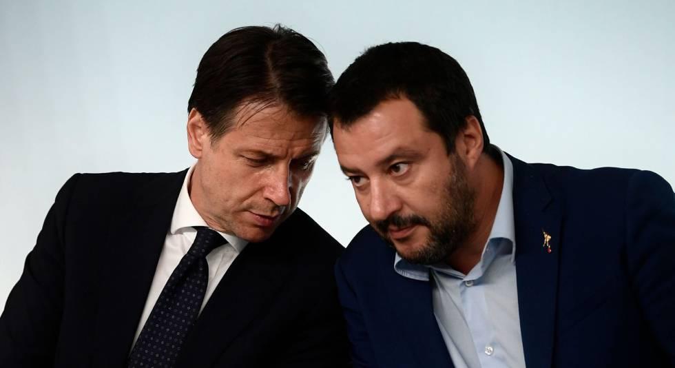 Il primo ministro italiano Giuseppe Conte, insieme al leader della Lega, Matteo Salvini, lo scorso ottobre a Roma.