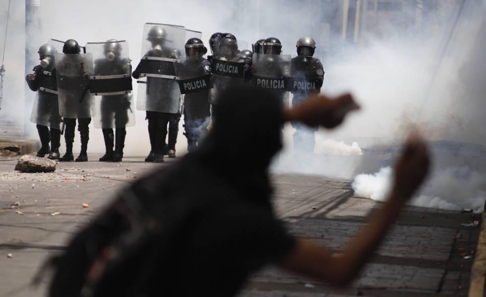 Un manifestante se enfrenta a la policía durante la segunda jornada de manistaciones en Honduras contra el presidente Juan Orlando Hernández.