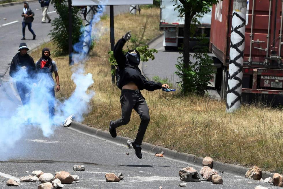Enfrentamientos entre policías y estudiantes el miércoles en Tegucigalpa.