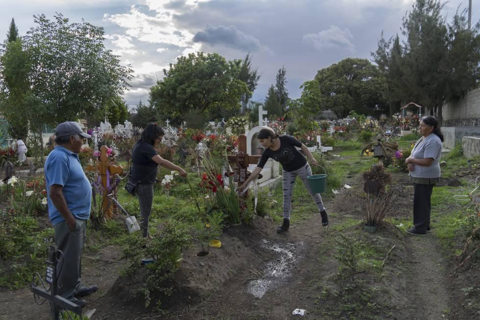 Familiares de Nazaria Iraís Simón Aguilar, víctima de feminicidio, junto a su tumba.