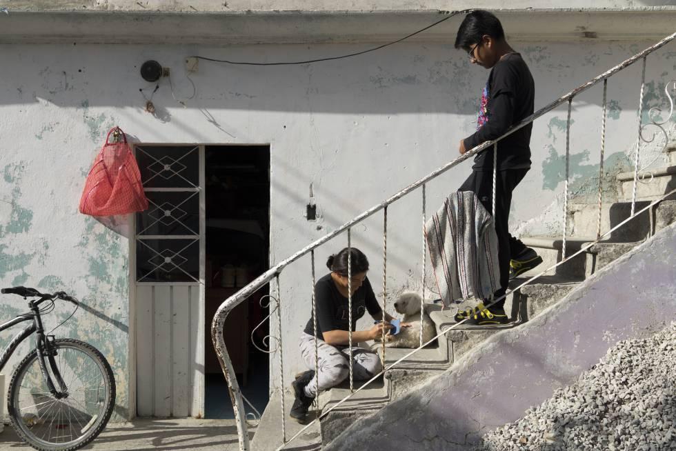 Jonathan, hijo de una víctima de feminicidio, con su prima en la casa familiar.