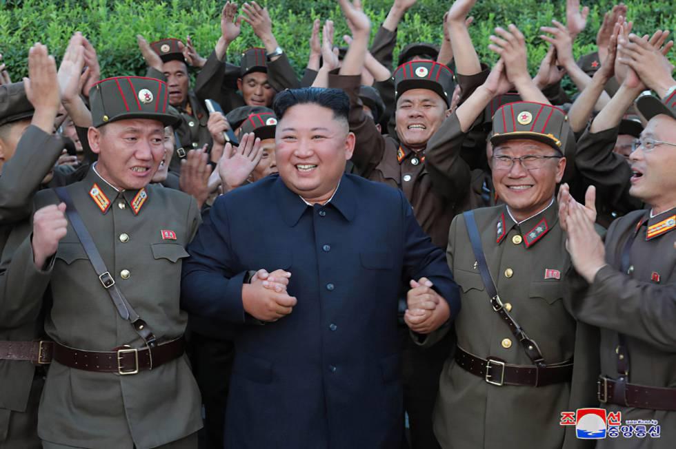 Kim Jon-un celebrando el lanzamiento de misiles de este miércoles.
