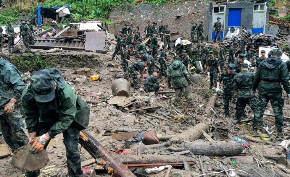 Equipos de rescate buscan supervivientes tras un deslizamiento de tierra provocado por las lluvias torrenciales del tifón Lekima, en Yongjia, Wenzhou (China).