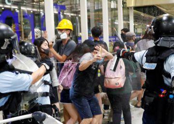 Polícia investe contra manifestantes no aeroporto de Hong Kong no segundo dia de bloqueio