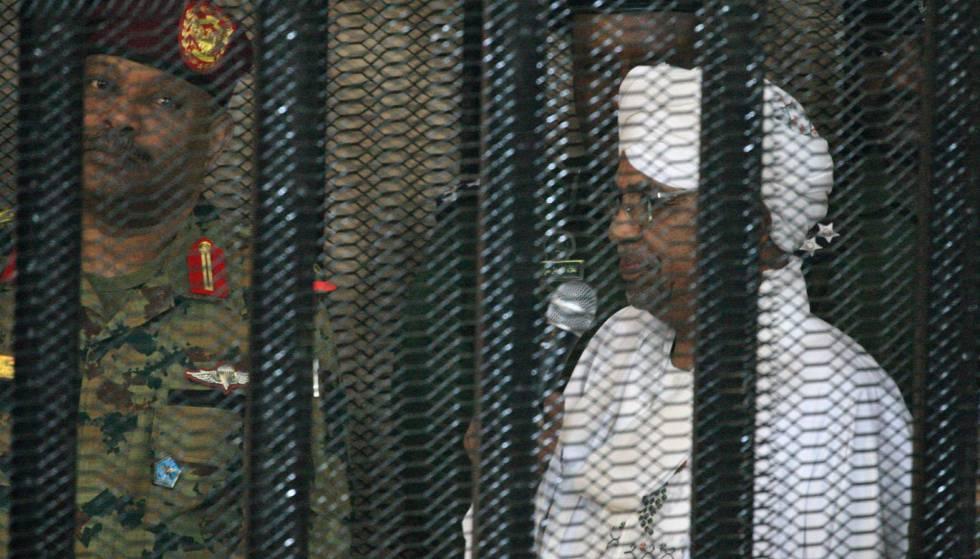 Al Bashir asiste en una celda a la vista judicial, en un tribunal de Jartum.
