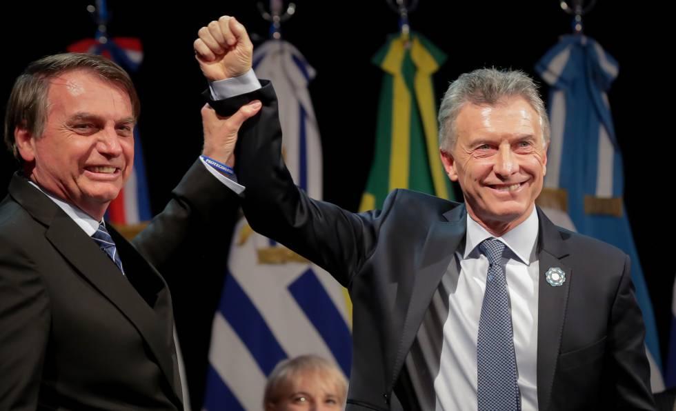 El brasileño Jair Bolsonaro levante el puño de su par argentino, Mauricio Macri, durante la cumbre de presidente del Mercosur realizada en Santa Fe, Argentina, el pasado 17 de julio.