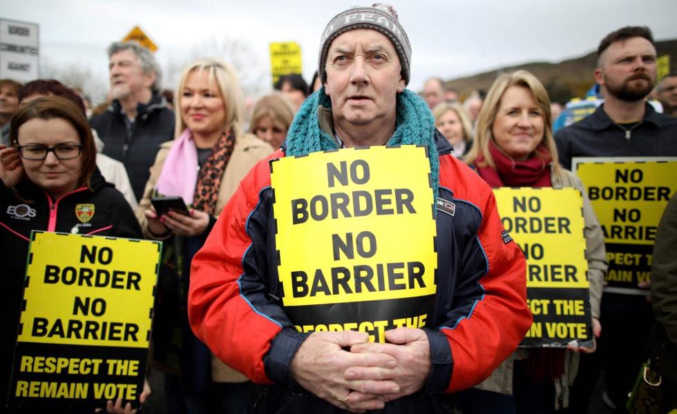 Un grupo de manifestantes protestan en marzo la posibilidad de una frontera dura entre la República de Irlanda e Irlanda del Norte.