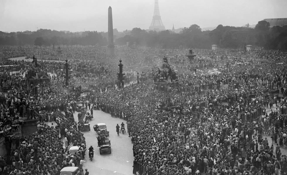 Decenas de miles de personas reciben a las fuerzas de la resistencia y tropas aliadas el 26 de agosto de 1944 en la plaza de la Concordia, al día siguiente de la liberación de París.