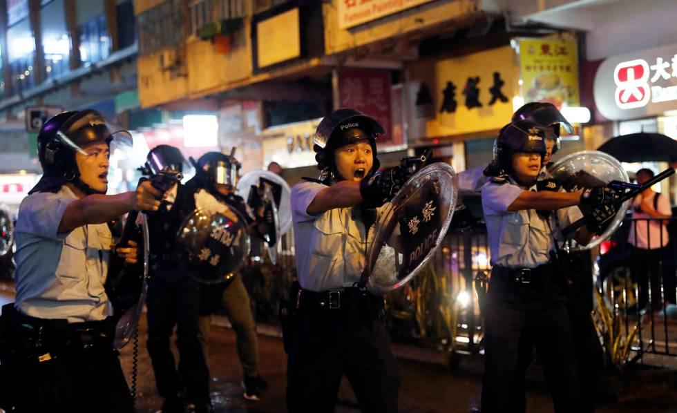 La policía usa por primera vez cañones de agua contra los manifestantes en Hong Kong