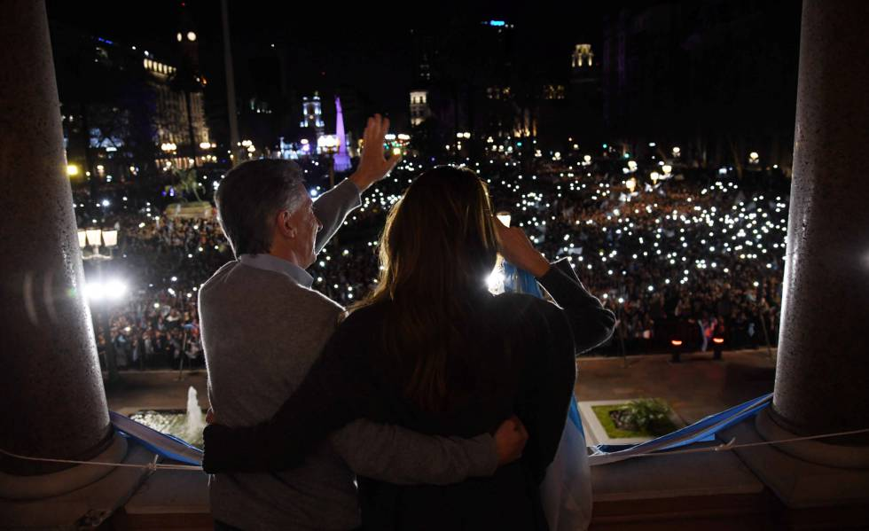 El presidente Mauricio Macri y su esposa, Juliana Awada, saludan a los manifestantes que se congregaron en la Plaza de Mayo en apoyo el Gobierno.