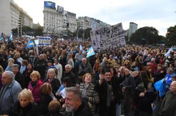 La manifestación de apoyo al Gobierno de Mauricio Macri avanza desde el Obelisco de Buenos Aires hacia la Plaza de Mayo.