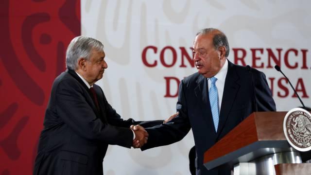 López Obrador saluda a Carlos Slim.