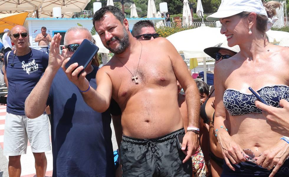 Salvini, su una spiaggia di Taormina.