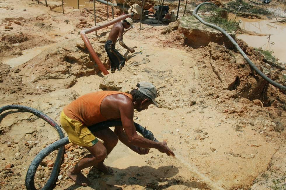 Un minero busca oro en el Estado de Bolívar, en Venezuela.