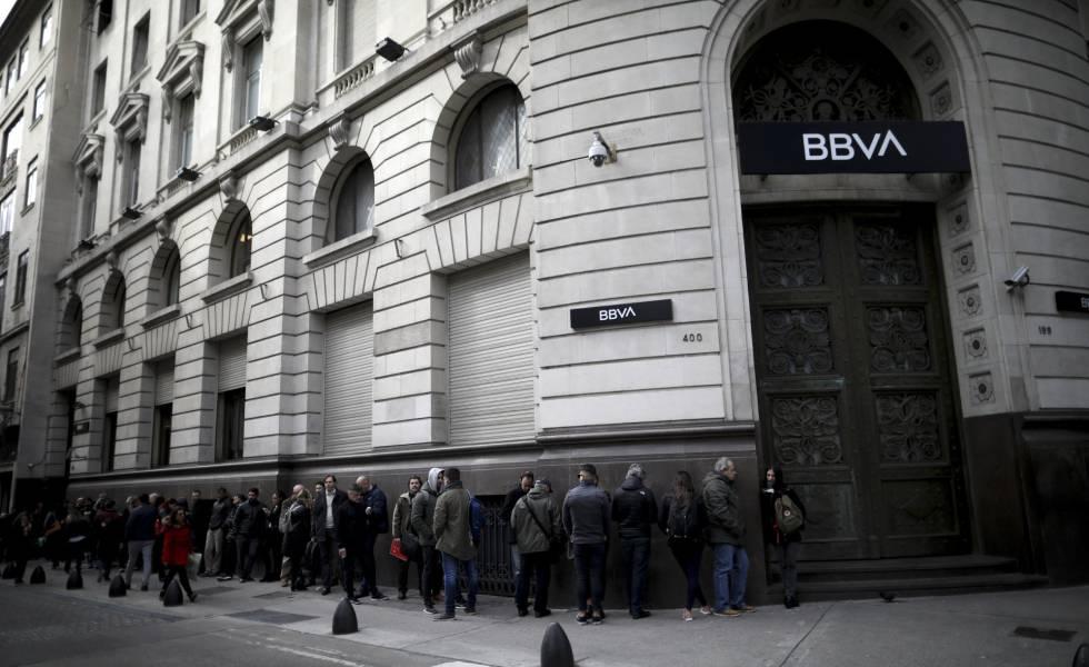 Rema davanti a una filiale BBVA lunedì prima dell'apertura.