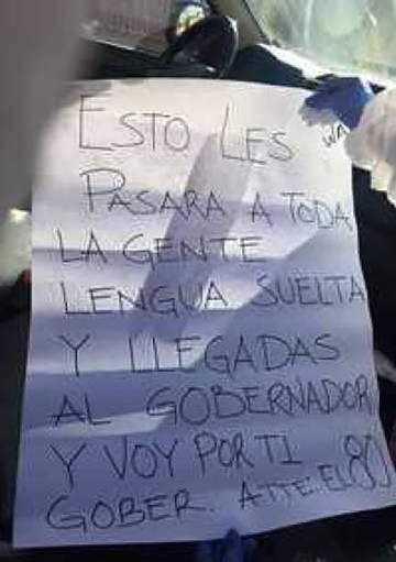 Fotografía filtrada a los medios de comunicación de la cartulina que la Fiscalía aseguró haber encontrado en la escena del crimen.