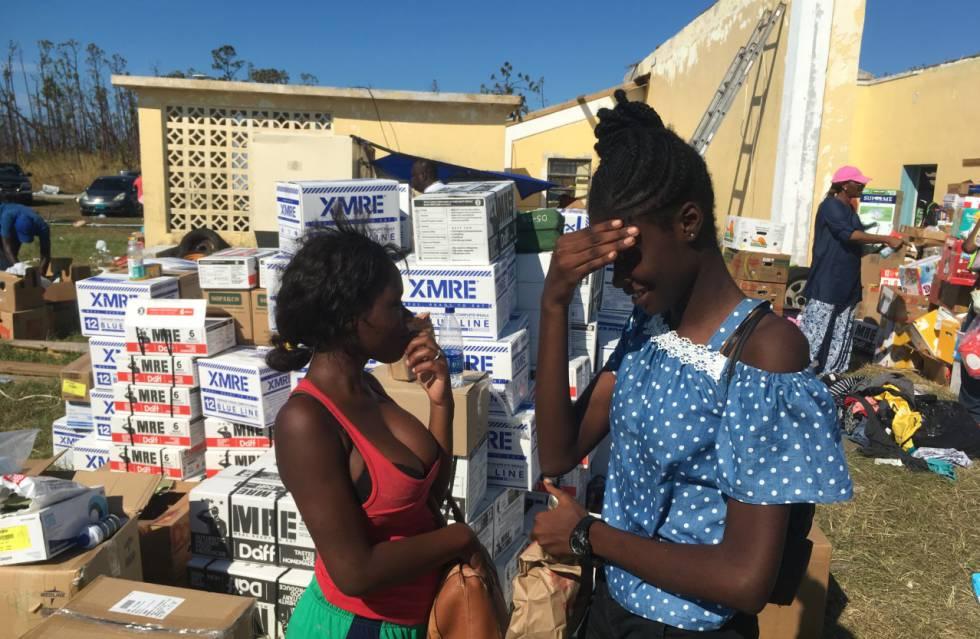 Dachena y Medlines, dos vecinas de 17 y 16 años, recogen comida en Treasure Cay.