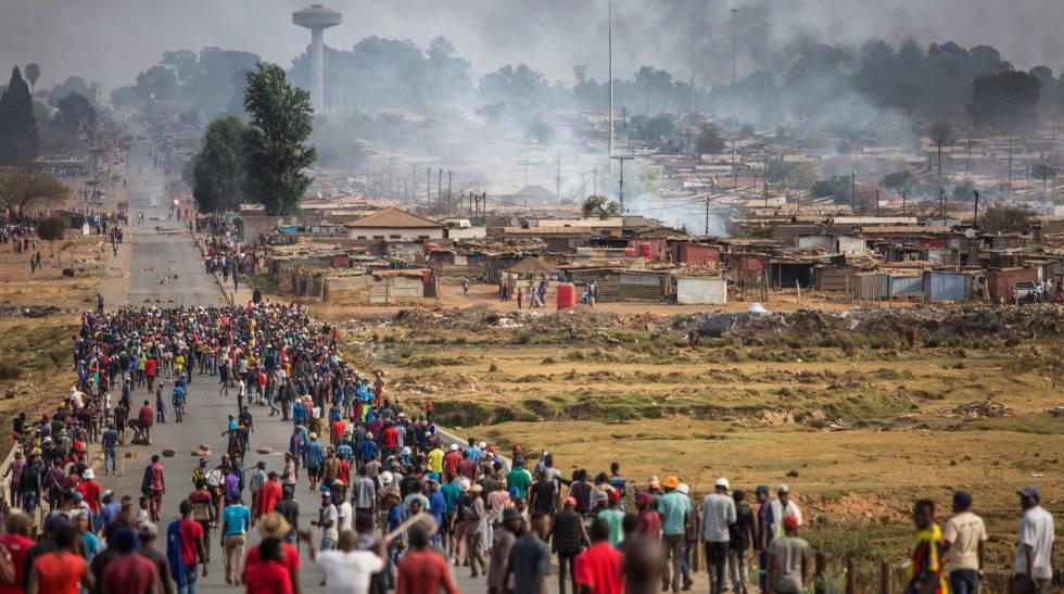 Decenas de hombres armados con palos, lanzas y hachas se dirigen a un poblado de Johannesburgo en un nuevo acto xenófobo, el pasado 5 de septiembre.