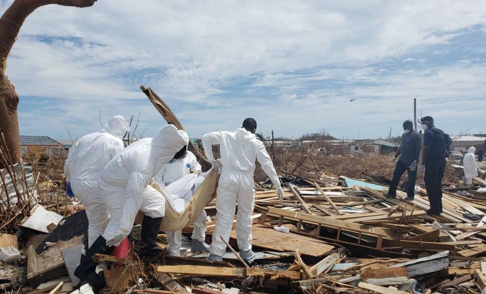 Miembros de la Fuerza de Defensa de las Bahamas recuperan cuerpos tras el paso del huracán Dorian.