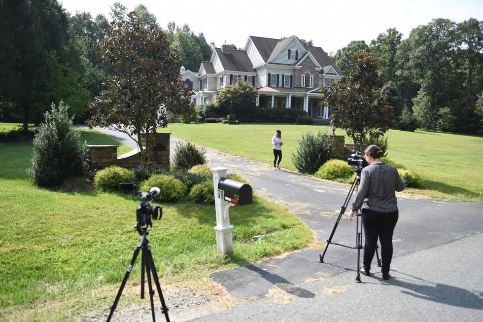 Periodistas ante la casa a nombre del supuesto topo de la CIA en Stafford (Virginia).