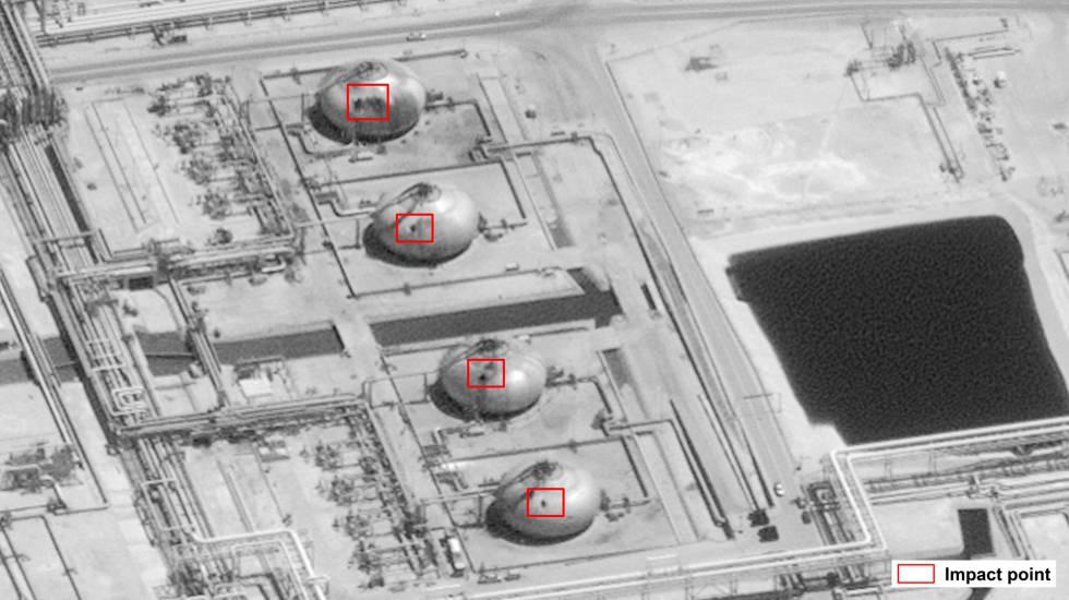 Imagen utilizada por EE UU para mostrar cuatro de los impactos sobre la refinería de Abqaiq, en Arabia Saudí, producidos por el ataque con drones.