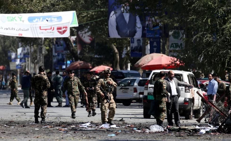 Miembros de las fuerzas de seguridad afganas en el lugar del ataque de este martes en Kabul.
