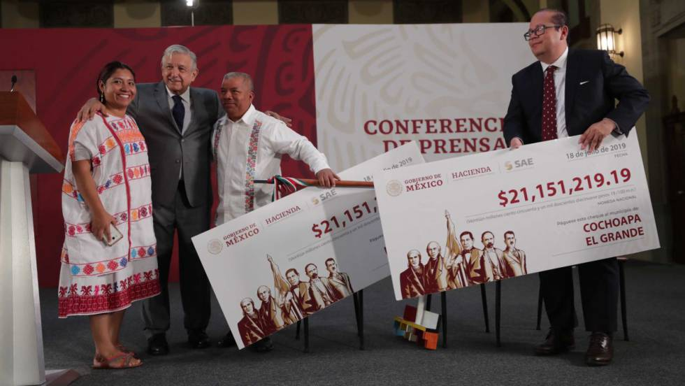 López Obrador entrega los apoyos a los alcaldes de Cochoapa y Metlatonoc, el 18 de julio.