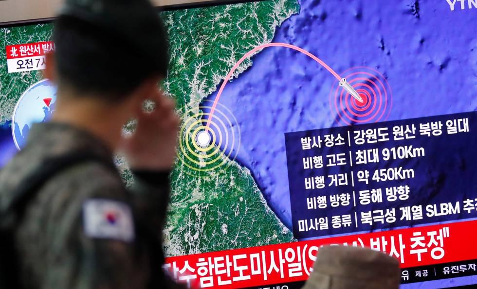Un soldado de Corea del Sur, sigue la trayectoria del misil lanzado desde Pyoyang.