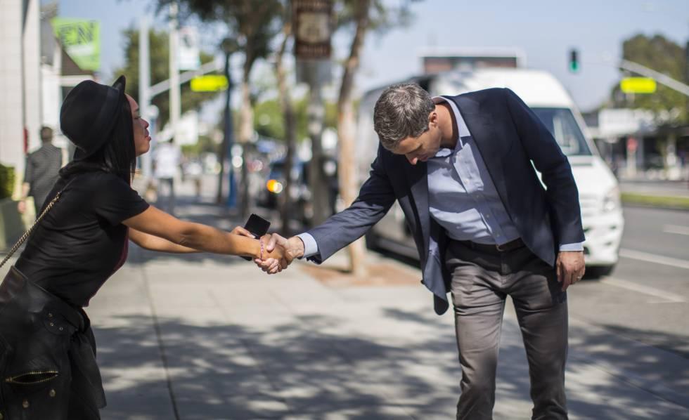 Beto O'Rourke saluda a una seguidora mientras posa para las fotos de EL PAÍS, el viernes en West Hollywood, California.