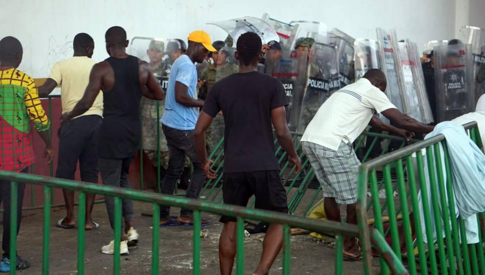 Migrantes africanos se enfrentan con policías militares en Tapachula.