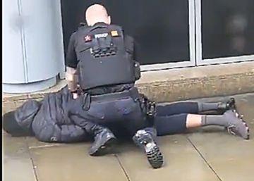 La policía antiterrorista investiga el apuñalamiento a cinco personas en un centro comercial en Mánchester