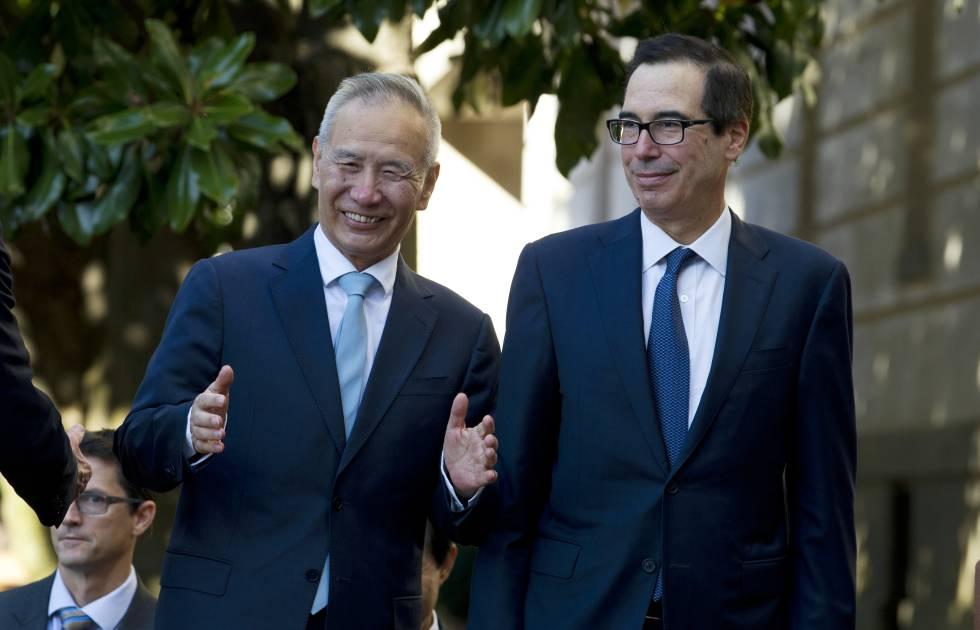 El viceprimer ministro chino Liu He, junto al secretario de Estado de EEUU, Steven Mnuchin, este viernes en Washington.
