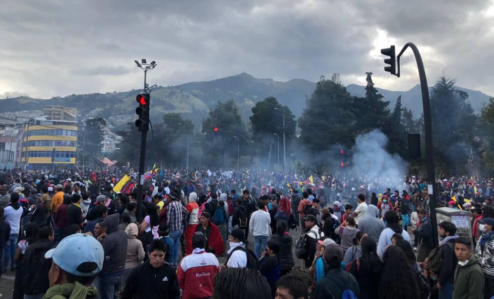 Manifestantes en la avenida 6 de diciembre de Quito.