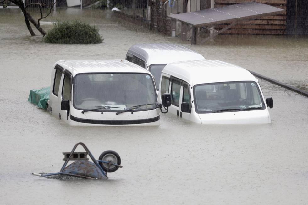 Varias furgonetas sumergidas por la crecida del agua causada por las lluvias torrenciales del tifón Hagibis en Ise, en el centro de Japón.