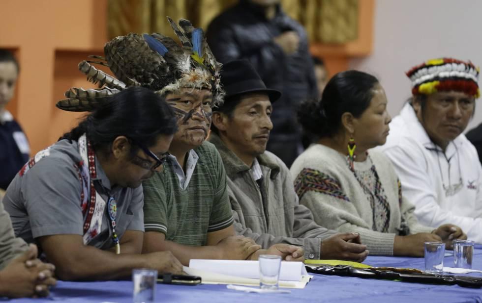 Los dirigentes indígenas de Ecuador, encabezados por Jaime Vargas, segundo por la izquierda, asisten a la primera reunión con el Gobierno para explorar una negociación.