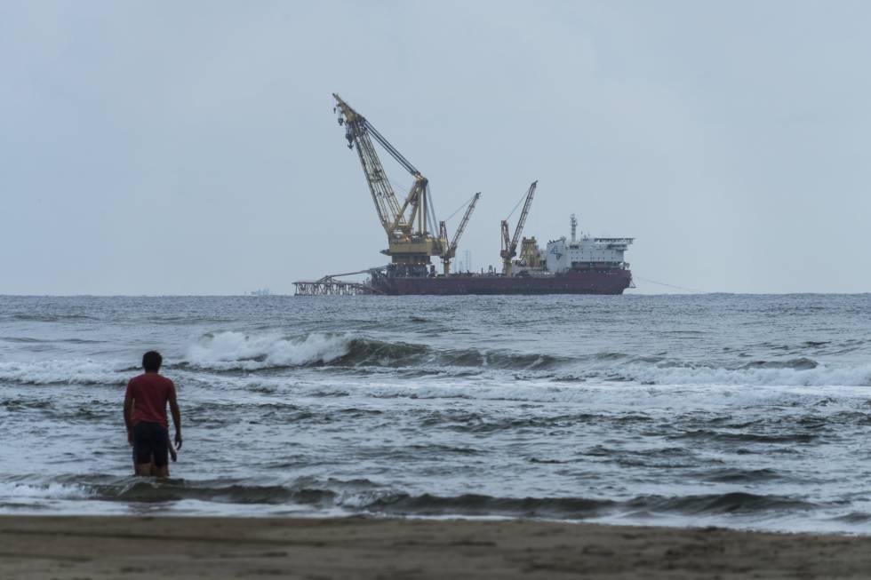 La actividad petrolera frente a las costas del puerto de Dos Bocas (Tabasco).
