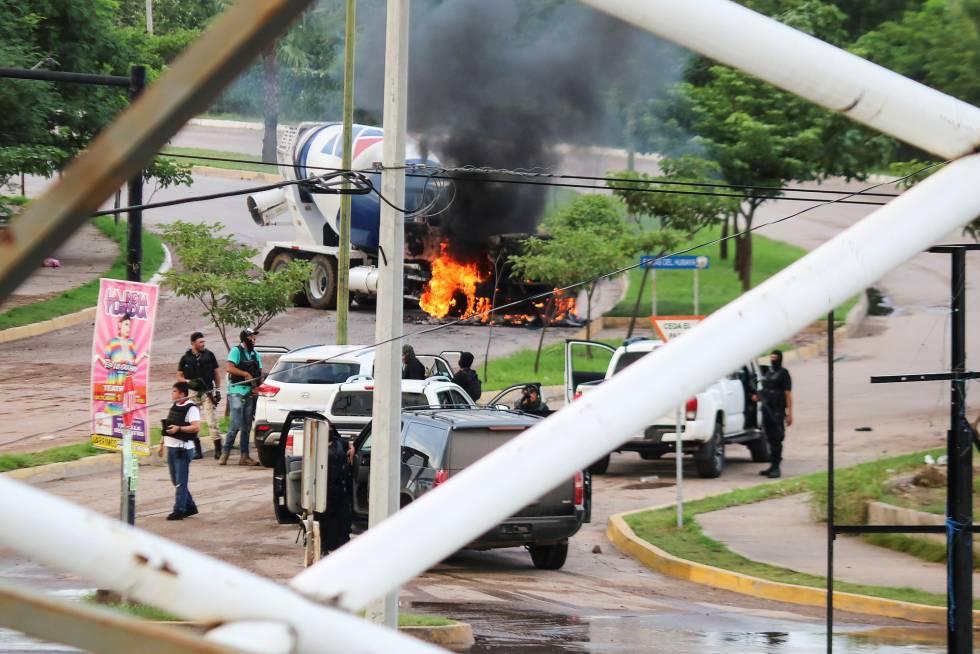 Hombres armados durante los enfrentamientos de los narcos con las fuerzas federales en Culiacán.