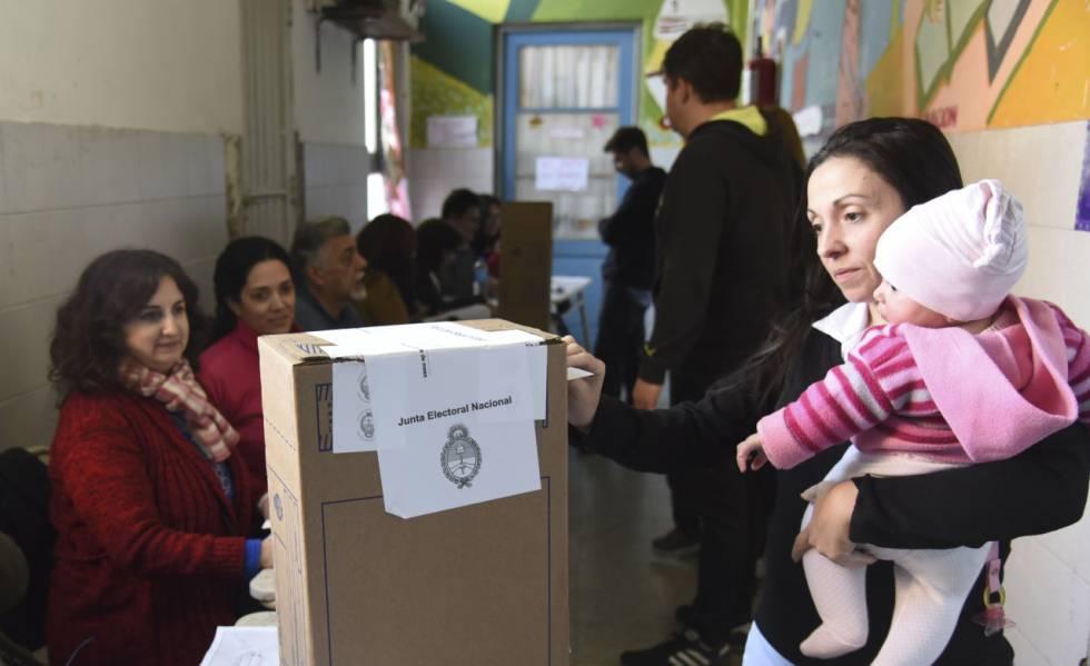 Argentinos votan ante la mirada de autoridades de mesa y fiscales en las primarias de agosto.