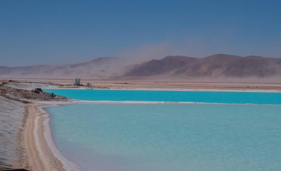 Pileta de evaporación de salmuera para extracción de litio en la minera Sales de Jujuy.